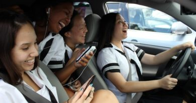 teen-friends-distracted-driving
